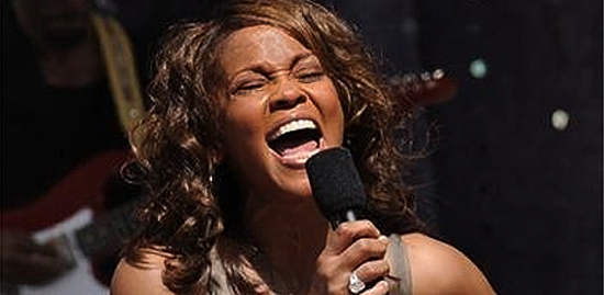 A Cantora Whitney Houston é Encontrada Morta
